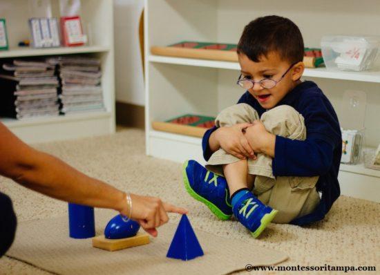Ampliare il vocabolario con il metodo Montessori: La lezione dei tre tempi